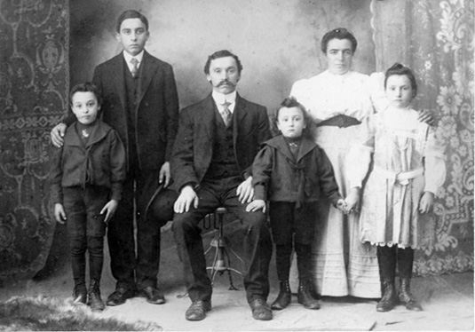 Giovanni Molinari and his family, 1907. From Ancestry.com.